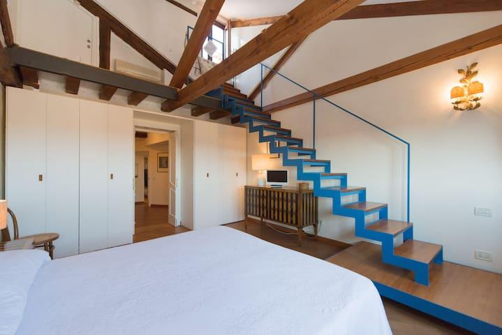 Camera principale: scala per l'altana (roof terrace)