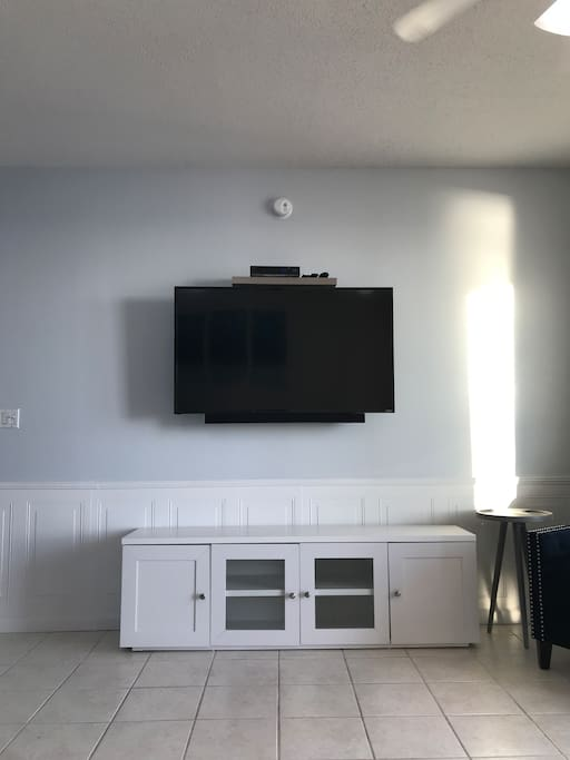 New 55 in TV with sound bar and Netflix and Amazon Prime Video free
