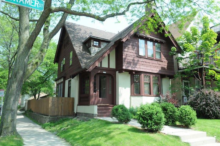2-East side Arts & Crafts Tudor - Milwaukee - Huis