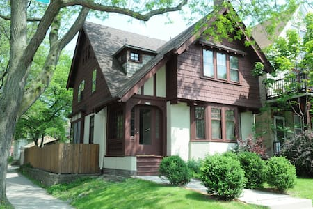 2-East side Arts & Crafts Tudor - Milwaukee - Haus