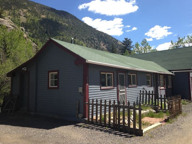 Quaint & Cozy Clear Creek Cottage - Silver Plume - กระท่อม