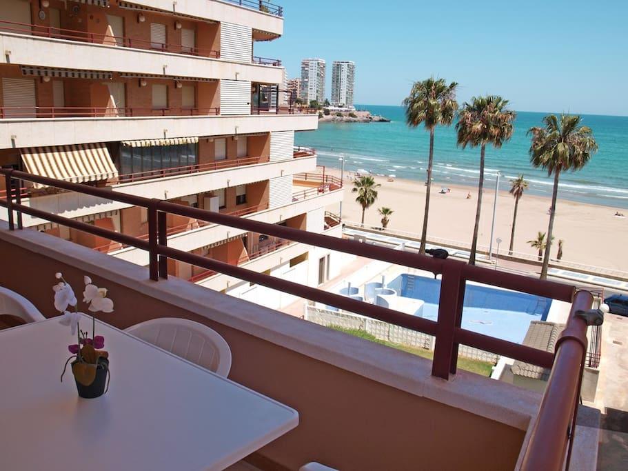 Vista frontal playa de la Concha desde la terraza. La Concha Beachfront views from the terrace.