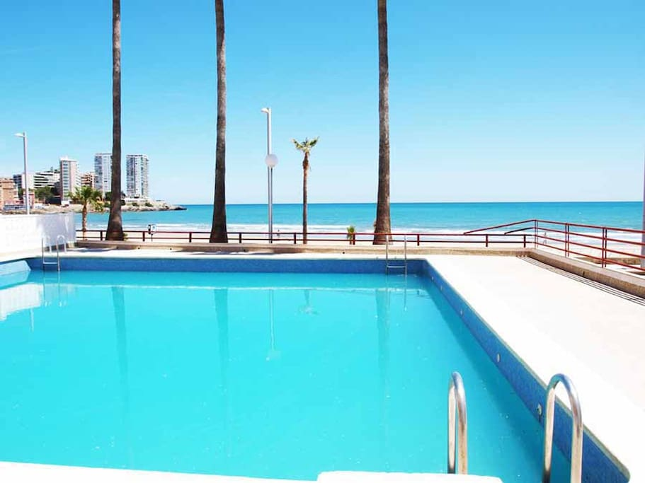 Piscina en el complejo con maravillosas vistas a la playa.  Swimming pool in the residential state with wonderful views to the beach.