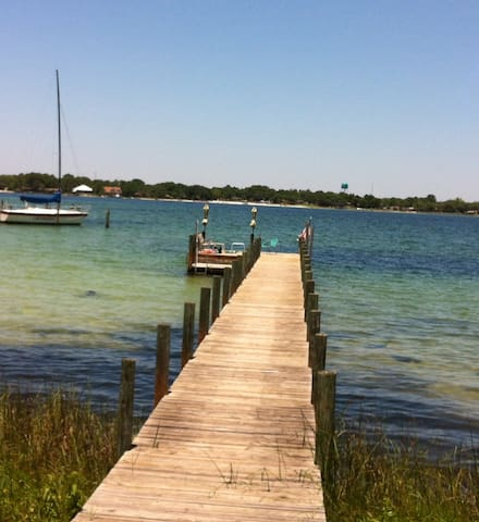 Home with dock -5 min. to beaches - Fort Walton Beach - Hus