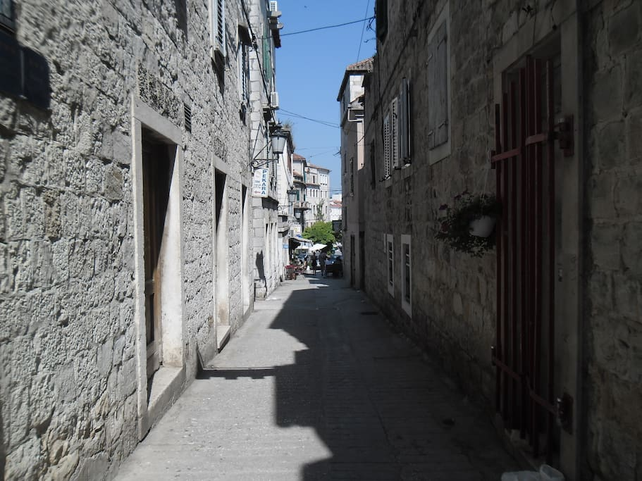 Street which is leading to the apartment Ana