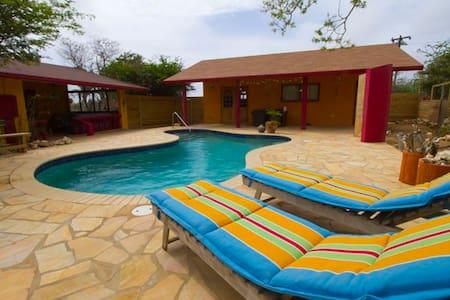 Bon Bini! Beautiful Aruban Villa with Private Pool - Paradera - Hus