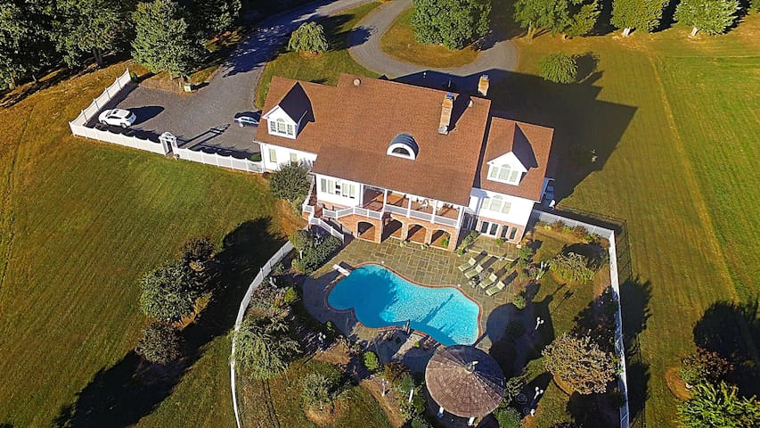 """Lake Front  Virginia Mansion """"South Room Suite"""""""