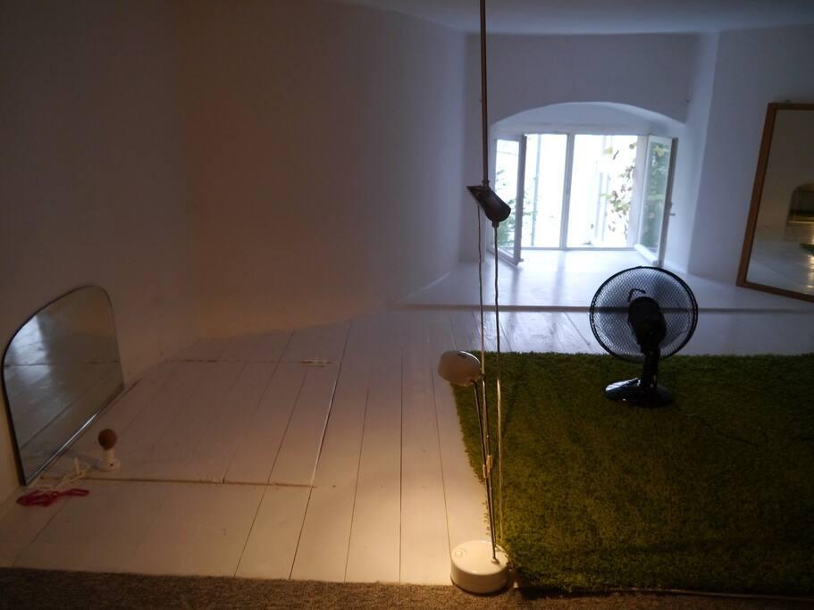 Blick zum Fenster & geschlossener Klappe zur Treppe hinunter zur Küche