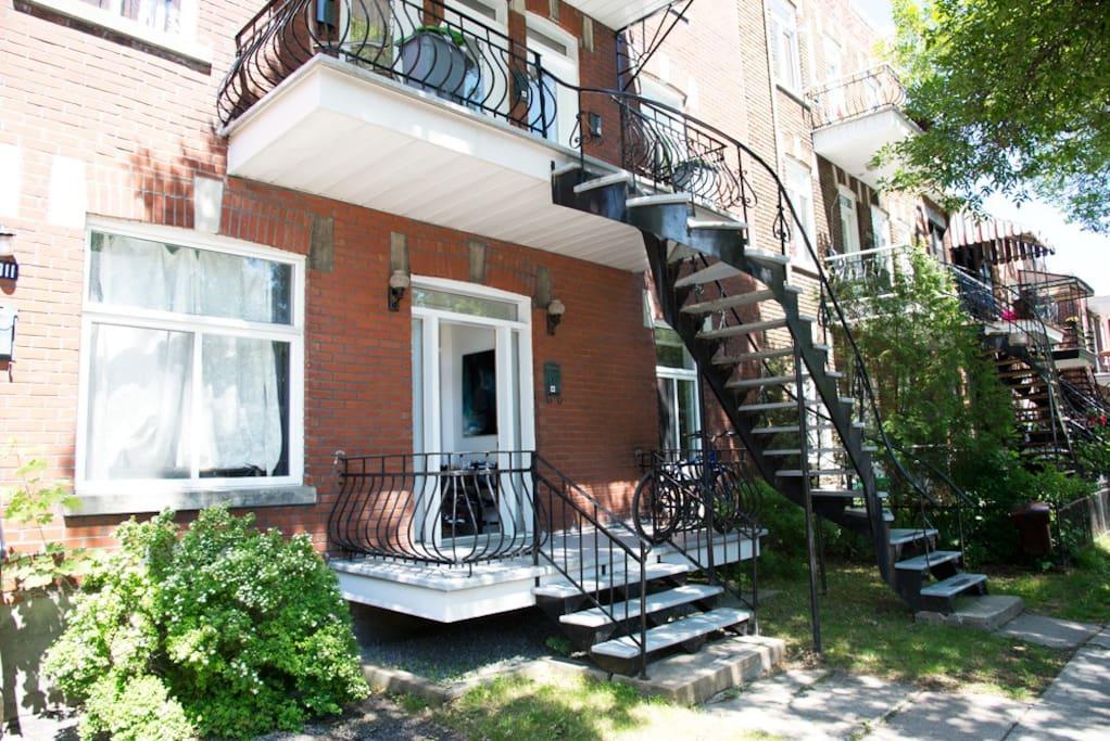 L'entrée du logement située au rez-de-chaussée - Rue calme - Très peu de circulation