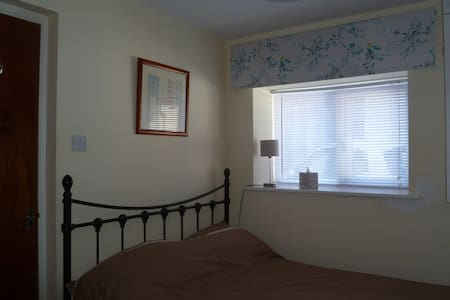 Clean modern flat close to beach, town, theatres. - Apartment