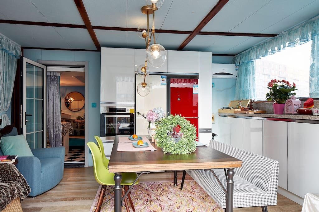 从餐厅看向吧台区,有很好的联动性,有烤箱和两台冰箱。