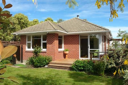 A home away from home in Avonhead - Christchurch - Huis