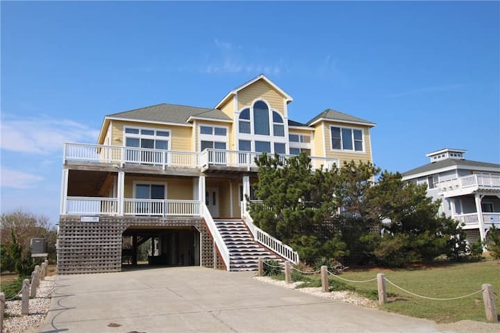 Spacious Corolla home with WiFi, private pool, hot tub, and multiple decks!