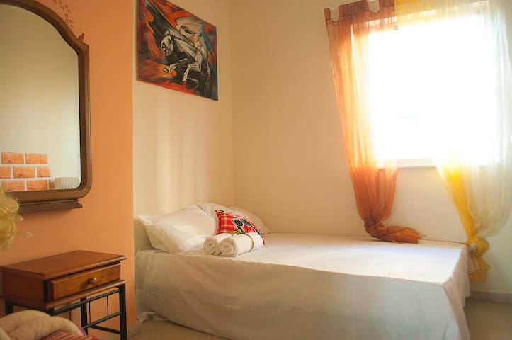 Orange room: Private room 10 min walk to Acropolis