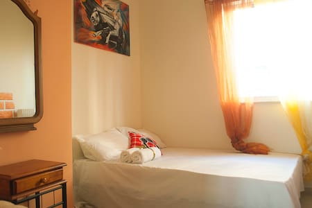 Orange room: Private room 10 min walk to Acropolis - Athina - Appartement