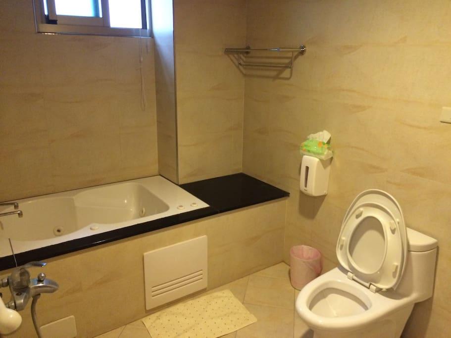單人按摩浴缸 比較小喔:)