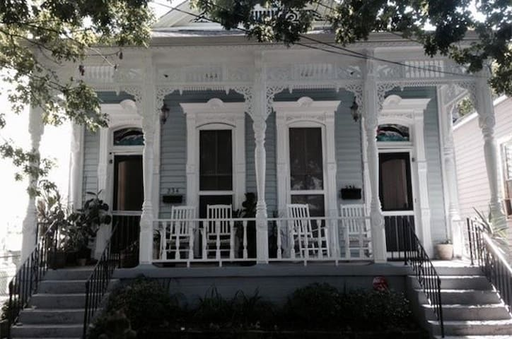 Lovely 130 yr Old 3 bed 2 bath Blocks from Quarter