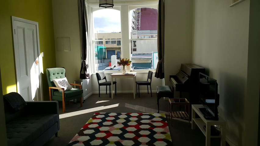 Sunny central lounge & bedroom - Wellington - Byt
