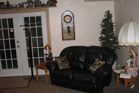 Beautiful 1 Bedroom Private Suite - Maple Ridge - Rumah