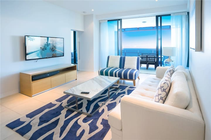Spacious living room space. Wonderful ocean view, sunny, clean and comfortable; vacation, family gatherings are appropriate.