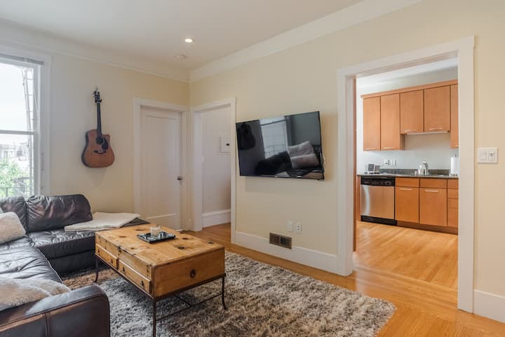 Large Nob Hill Gem with Balcony *Monthly Discounts