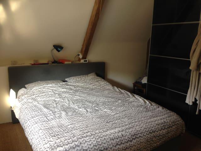 slaapkamer met boxspringbed