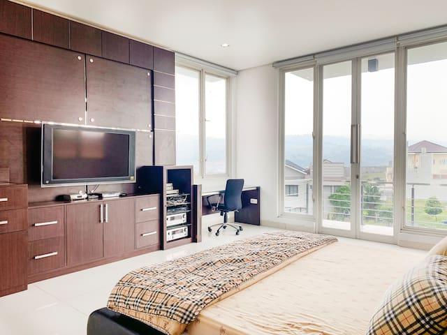 Bedroom 1 (1 Super King Bed + 2 Floor Mattresses)