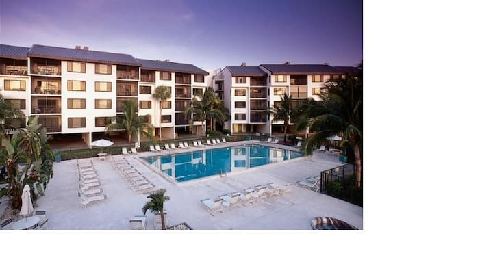 Great Resort & Condo!  Pool/Hot tub-Beach is open!