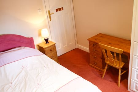 Room with own shower room and lounge - Newbury