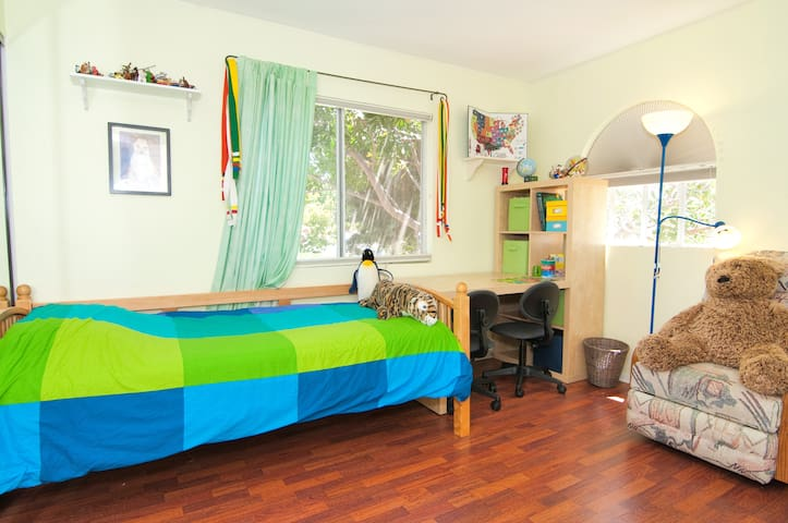 2 twin beds - good for friends traveling together - Oceanside - House