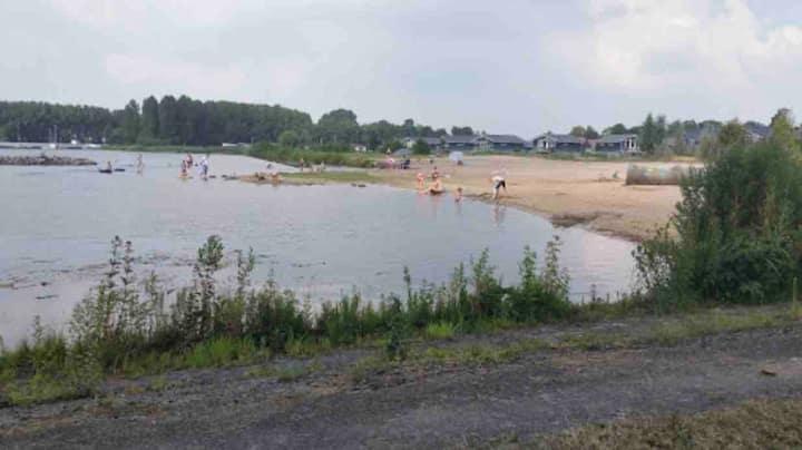 Stacaravan op strandcamping aan het Sneekermeer