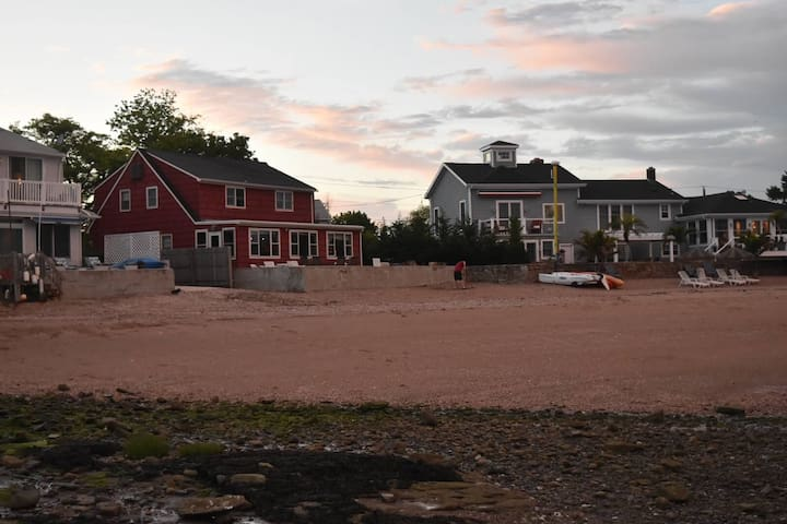 The Red Beach House - East Haven - Casa