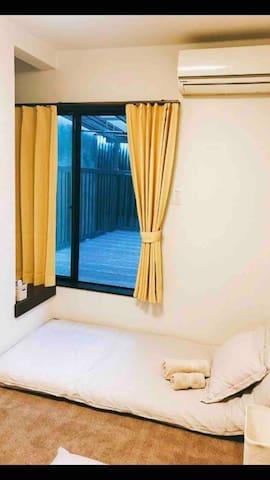 带露台的卧室二 有两个日式床垫。