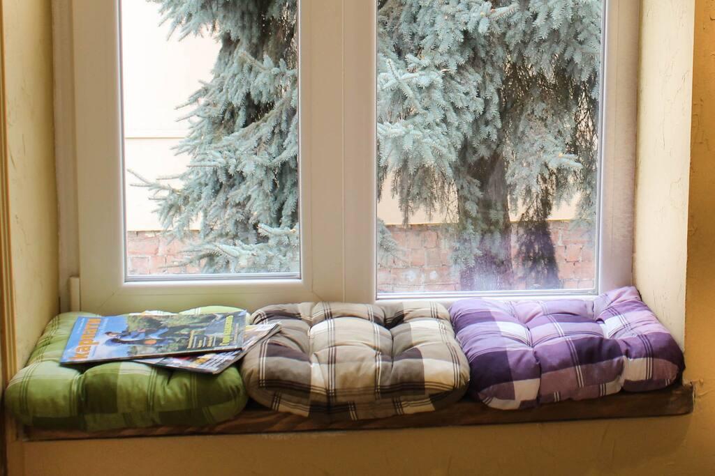 затишне підвіконня  comfy window sill