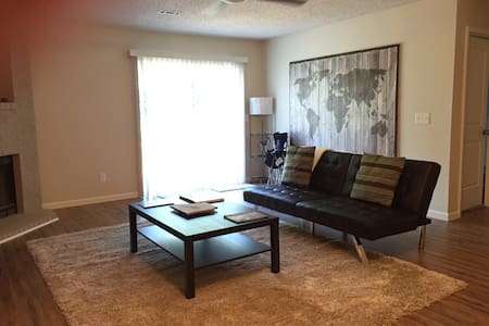 Quiet, clean 2br close to UA & I-49 - Fayetteville