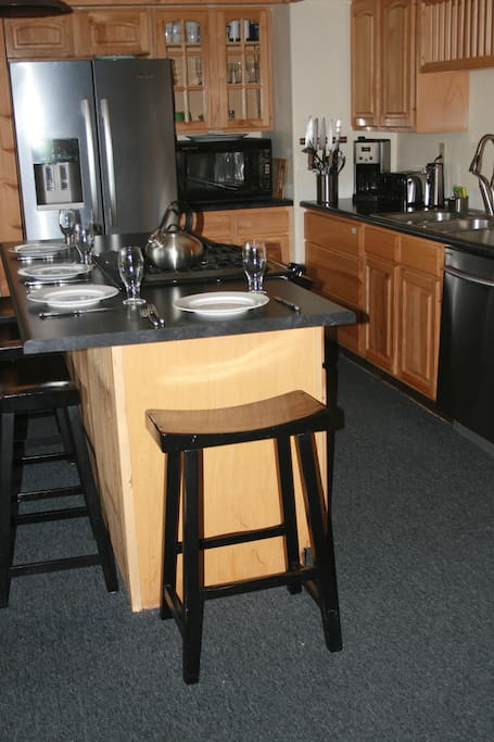 Kitchen island w gas range and seating for four.