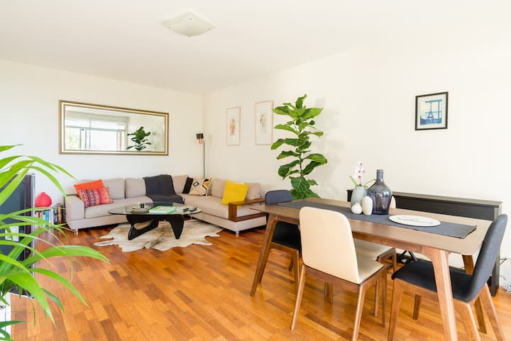 Large & Bright 2BR near Bronte Beach with parking