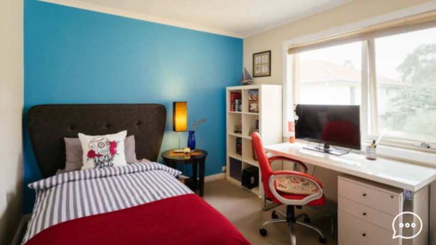 Affordable, comfy, sunlit room with KS bed & desk. - Port Melbourne - Hus