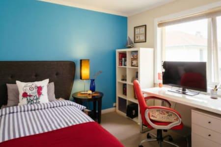 Natural sunlit room with single bed - Port Melbourne