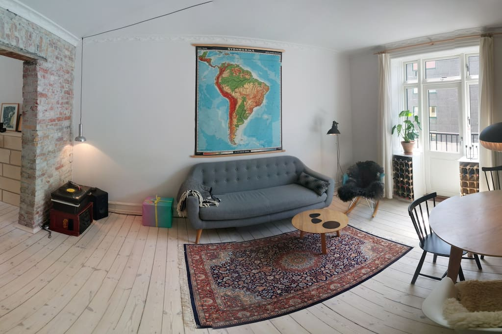 The livingroom (You can see the balcony to the right)
