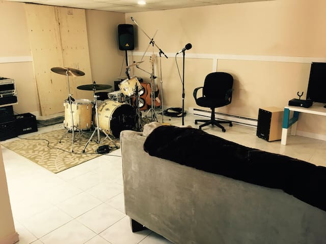 Musicians retreat, spacious Music studio/house - L'Île-Perrot - Huis