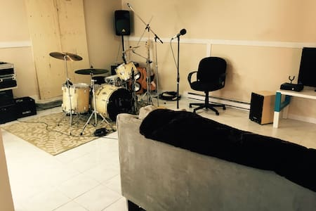 Musicians retreat, spacious Music studio/house - L'Île-Perrot - 단독주택