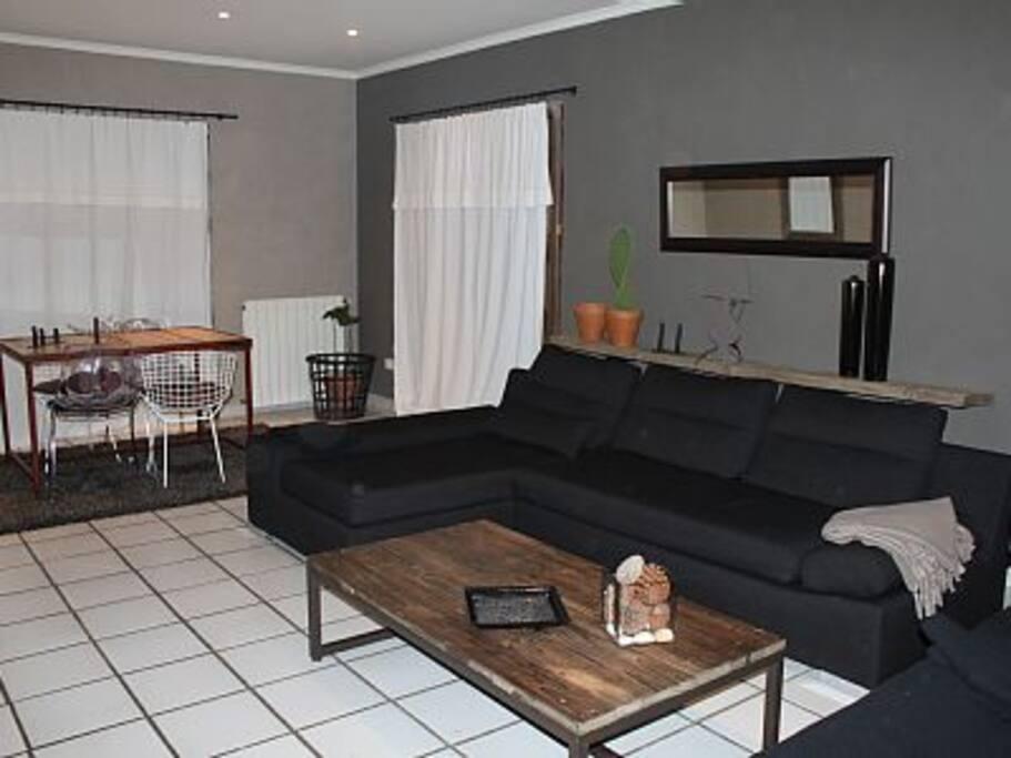Salon/Salle à manger avec télé écran plat, canal +, confortable et spacieux.