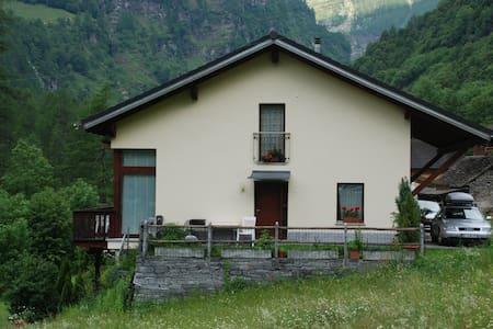 casa confortevole ecologica - Sonogno - House