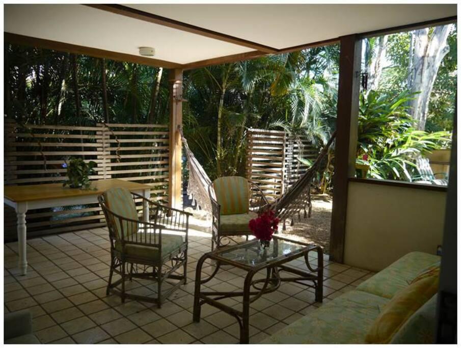 Amplo terraço integrado com as salas de estar e jardim