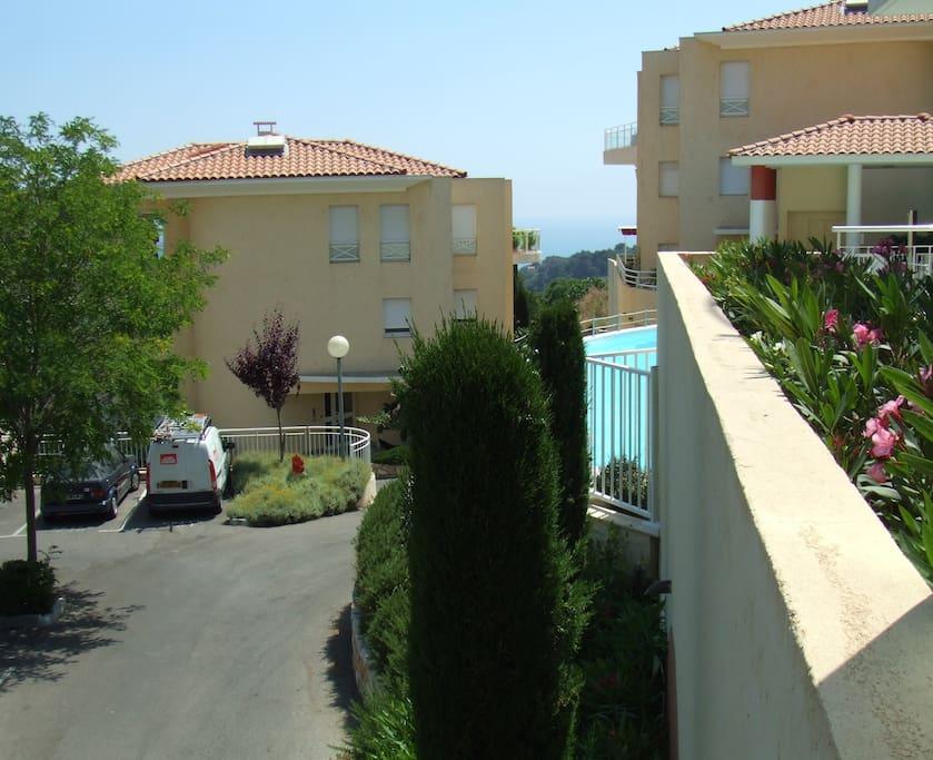 Utsikt från terrassen mot poolen och Medelhavet.