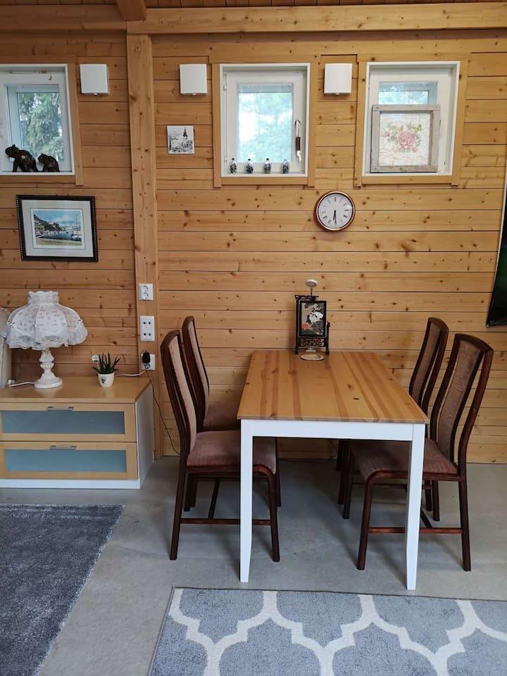 Isompi mökki, ruokailutila / bigger cottage dining area / 大房间餐厅