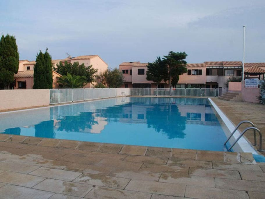 Studio village nudiste plage flats for rent in leucate for Nudiste piscine