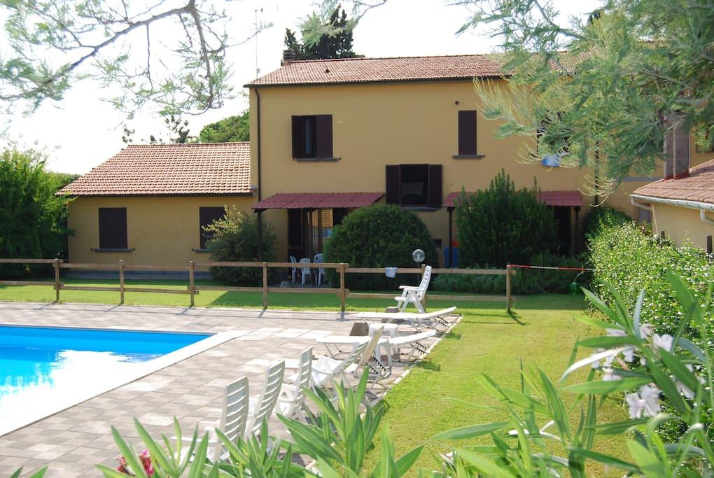 vista di Casa Milla con zona giardini e piscina