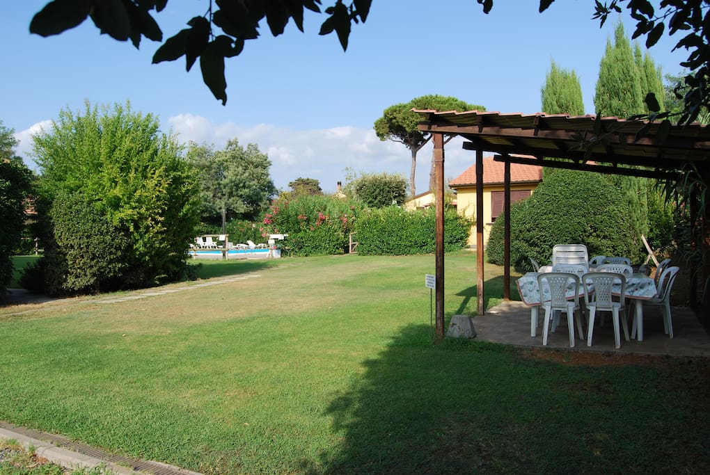 zona attrezzata con tavolo e sedie per pasteggiare in giardino